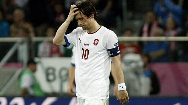 Zklamaný kapitán Tomáš Rosický po vysoké porážce od Ruska na EURO 2012.