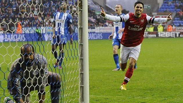 Mikel Arteta z Arsenalu se raduje z proměněné penalty. Vlevo gólman Wiganu Al Habsí.