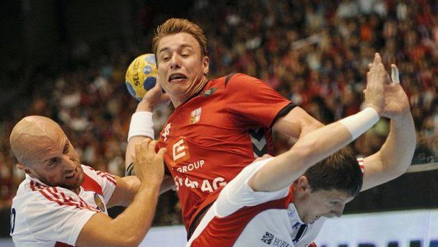 Házenkář Filip Jícha se snaží prosadit v utkání proti Rusku.