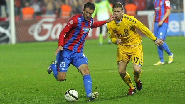 Marek Bakoš z Plzně (vlevo) a Petr Tlustý z Jihlavy v dohrávce 16. kola Gambrinus ligy.