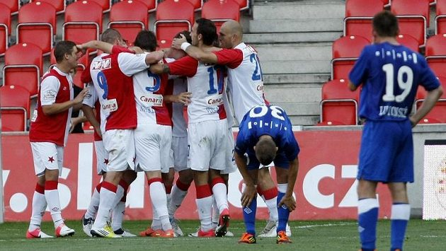 Fotbalisté Slavie se radují po jedné z pěti branek, které vstřelili do brněnské sítě.