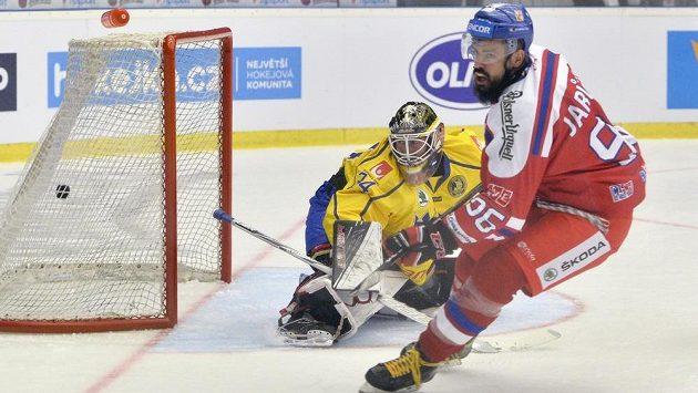 Richard Jarůšek dává druhý gól české reprezentace, švédský brankář Joel Lassinantti (vlevo) neměl nárok.