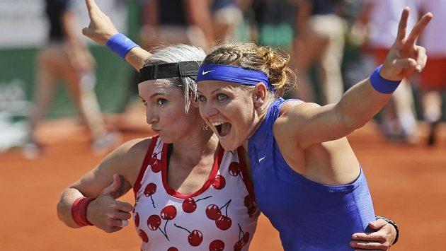 Bethanie Matteková-Sandsová (vlevo) a Lucie Šafářová slaví triumf na French Open.