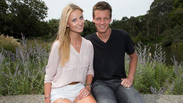 Tomáš Berdych a Ester Sátorová v melbournské botanické zahradě. Na modelčině ruce je patrný zásnubní prsten.