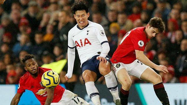 Son Hung-min z Tottenhamu v ostrém souboji s přesilou z Manchestru United.