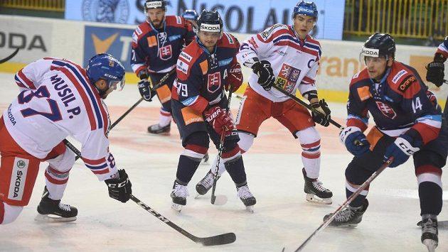 Zleva zády český hokejista Pavel Musil, Slovák Libor Hudáček, český kapitán Radan Lenc a Erik Černák.