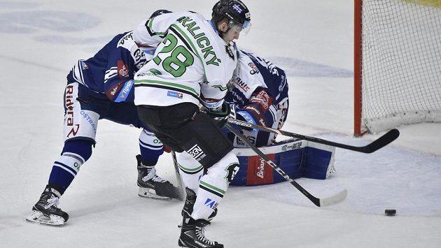 Pavol Skalický z Mladé Boleslavi střílí gól svého týmu v extraligovém utkání.