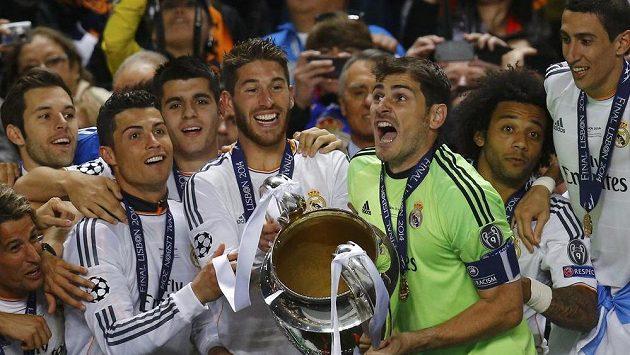 Kapitán Realu Madrid Iker Casillas (třetí zprava) mohl pozvednout pohár pro vítěze LM a slavit se spoluhráči a fanoušky.