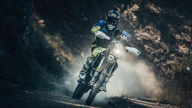 Úspěšný freestyle motokrosař Libor Podmol připravující se na slavný Dakar skončil ve 3. etapě v Řecku senzačně druhý.
