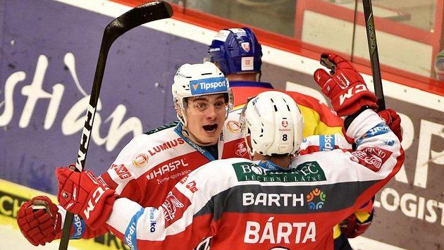 Pardubičtí hráči David Tomášek a Michal Bárta se radují z gólu v utkání 11. kola baráže o hokejovou extraligu na ledě HC Motor České Budějovice.