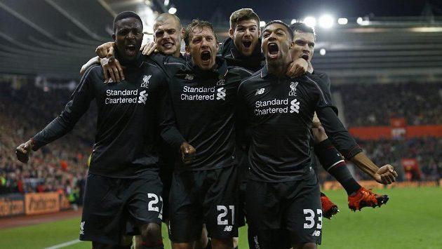 Útočník Liverpoolu Divock Origi (zcela vlevo) slaví se spoluhráči gól proti Southamptonu ve čtvrtfinále Ligového poháru.