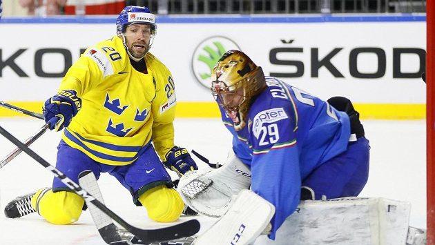 Švédský útočník Joel Lundqvist se snaží překonat italského gólmana Frederika Cloutiera.