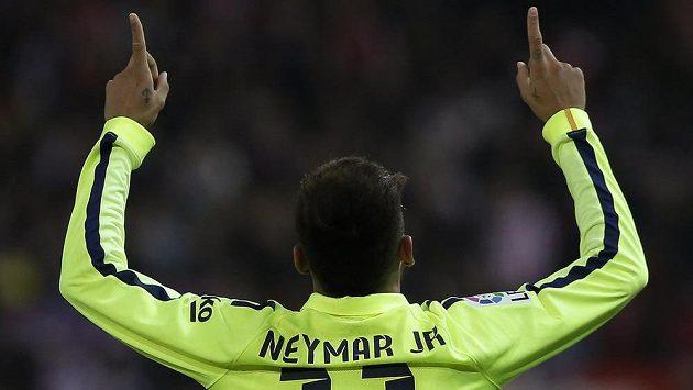 Barcelonský Neymar oslavuje gól v pohárové odvetě proti Atlétiku Madrid.