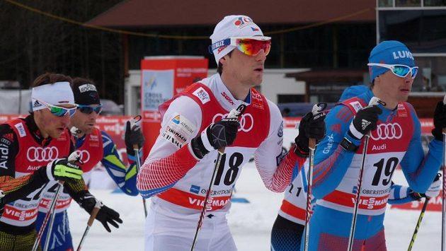 Martin Jakš (v bílém) před startem závodu Tour de Ski v Oberstdorfu.