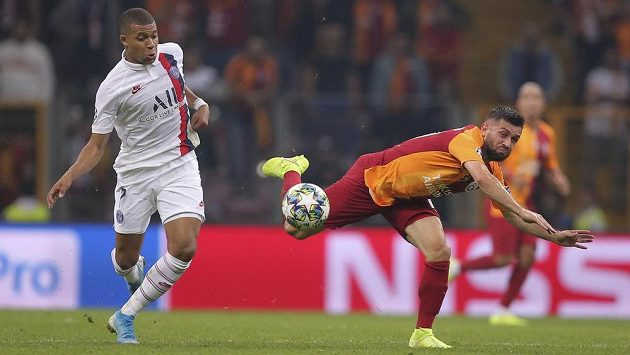 Střelec PSG Kylian Mbappé (vlevo) a Omer Bayram z Galatasaraye Istanbul v utkání Ligy mistrů.