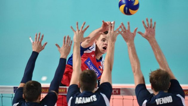 Český volejbalista Petr Michálek útočí přes estonskou obranu. Tu tvoří (zleva) Rober Käht, Andri Aganits a Oliver Venno.