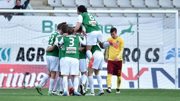 Fotbalisté Jablonce se radují z branky, kterou vstřelili Spartě. Vpravo smutný záložník Letenských Lukáš Mareček.