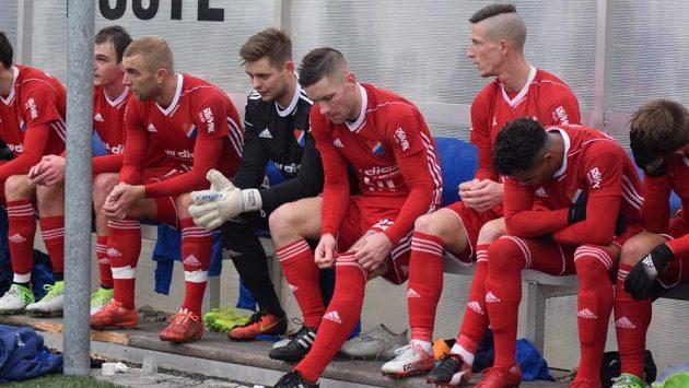 Jiří Fleišman (třetí zprava) na lavičce Baníku při zápase se slovenskými Michalovcemi.