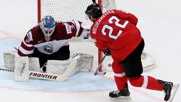 Švýcar Nino Niederreiter se snaží překonat lotyšského brankáře Edgarse Masalskise.