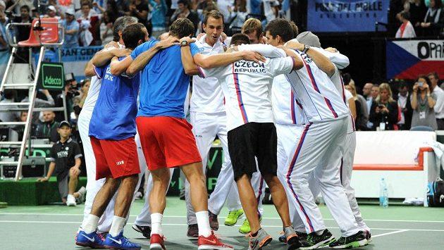 Česko slaví postup do finále Davis Cupu po výhře nad Argentinou.