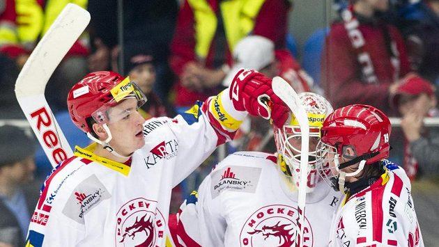 Třinečtí hokejisté slaví vítězství v Hradci Králové. Zleva útočník Marek Růžička, brankář Šimon Hrubec a forvard Lukáš Jašek.