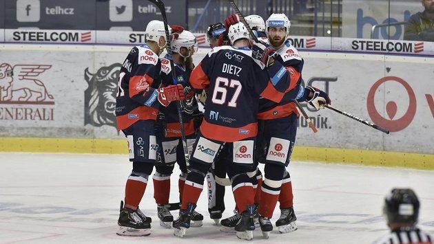 Radost z první branky v podání hokejistů Chomutova.