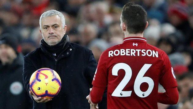 Chceš? Trenér Manchesteru United Jose Mourinho a Andrew Robertson z Liverpoolu během nedělního utkání Premier League.