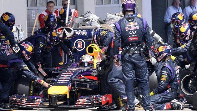 Německý pilot F1 Sebastian Vettel se v probíhající sezóně zatím spíš trápí.