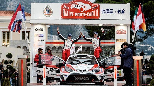 Jari-Matti Latvala a Miika Anttilla s Toyotou Yaris WRC v cíli Rallye Monte Carlo.