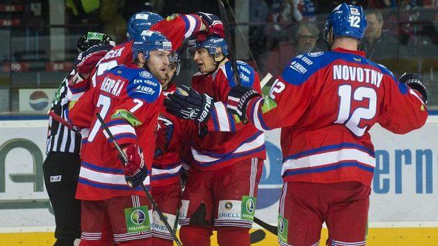 Hráči Lva Praha se radují z gólu proti Chabarovsku.