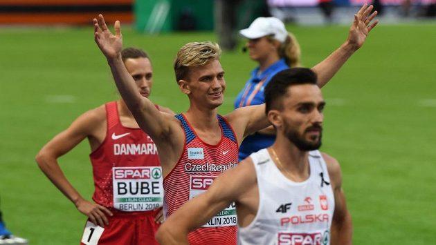 Lukáš Hodboď před startem půlkařského finále za pozdějším vítězem Adamem Kszczotem.
