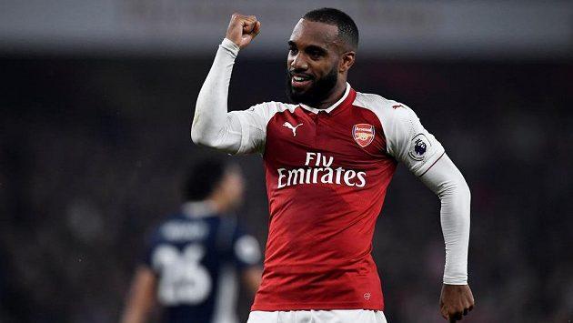 Radost útočníka Arsenalu Alexandreho Lacazetta, který dvěma góly vystřelil Kanonýrům vítězství nad West Bromwichem.