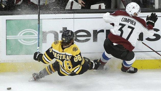 Útočník Bostonu Bruins David Pastrňák (88) padá k zemi v utkání s Coloradem Avalanche v NHL.