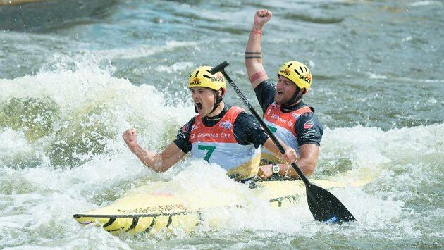 Deblkanoisté Ondřej Karlovský a Jakub Jáně se na kanále v Troji radují ze třetího místa v závodu Světového poháru.