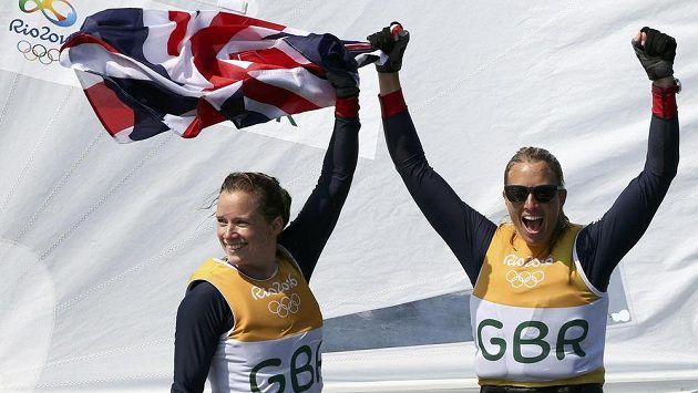 Britky Hannah Millsová a Saskia Clarková oslavují olympijský triumf v jachtařské třídě 470.