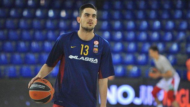 Basketbalista Barcelony Tomáš Satoranský při rozcvičení před utkáním Evropské ligy s Izmirem.