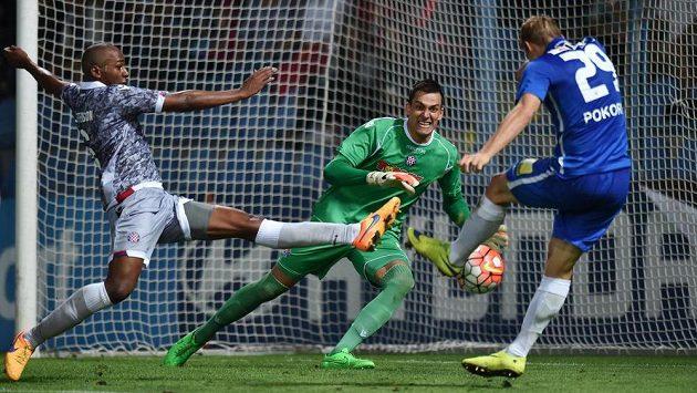 Liberec se na vítězství hodně nadřel. Lukáš Pokorný (vpravo) střílí gól brankáři Hajduku Split Lovremu Kaliničovi, vlevo je jeho spoluhráč Jefferson.