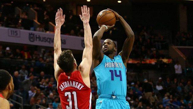Český basketbalista Tomáš Satoranský z Washingtonu brání Michaela Kidd-Gilchrista (14) v utkání s Charlotte.