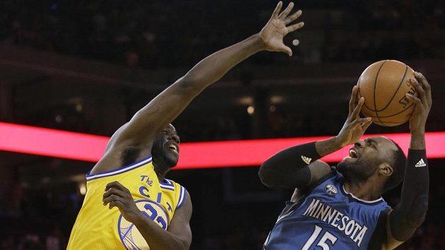 Shabazz Muhammad z Minnesoty (vpravo) a basketbalista Golden State Draymond Green v zápase NBA.