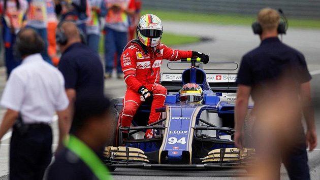 Sebastiana Vettela svezl po nehodě s Lancem Strollem k boxům Pascal Wehrlein.