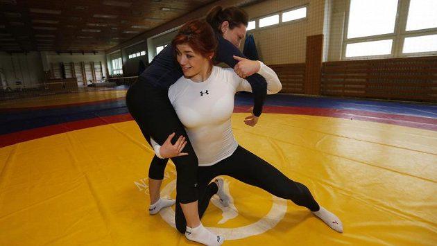Zápasnice ve volném stylu Adéla Hanzlíčková a Lenka Hocková-Martináková při tréninku.
