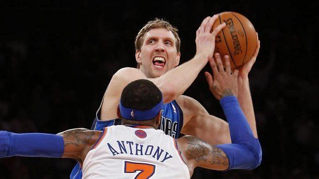 Dirk Nowitzki z Dallasu se v zátkání s New York Knicks připravuje ke střele v poslední vteřině utkání.