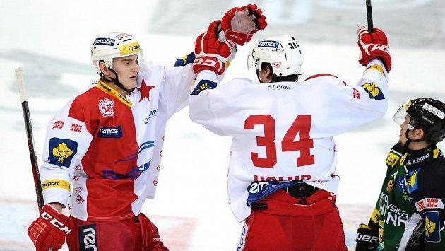 Slávistický obránce Jan Holub (vpravo) se raduje se spoluhráčem Jiřím Doležalem z gólu proti Karlovým Varům.