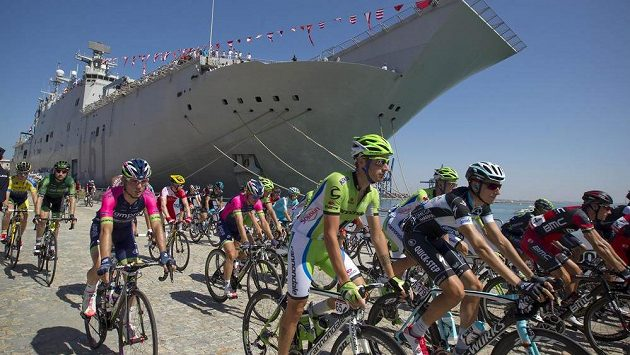 Cyklisté během třetí etapy Vuelty.