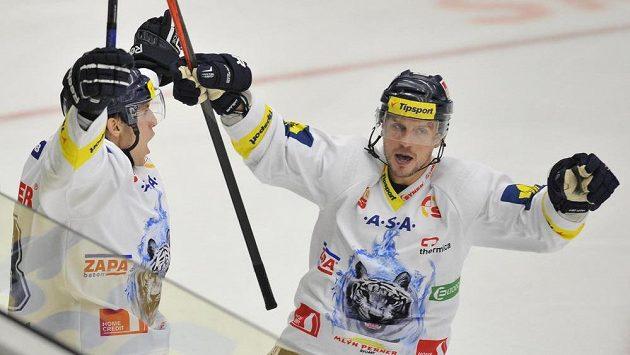 Obránce Liberce Ondřej Vitásek (vlevo) a útočník Petr Vampola se radují z gólu proti Mladé Boleslavi.