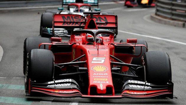 Sebastian Vettel s ferrari v Monaku.