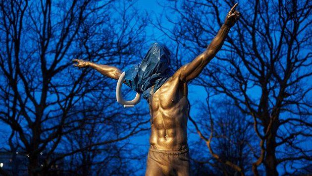 Vandalové v Malmö poničili Ibrahimovicovu sochu