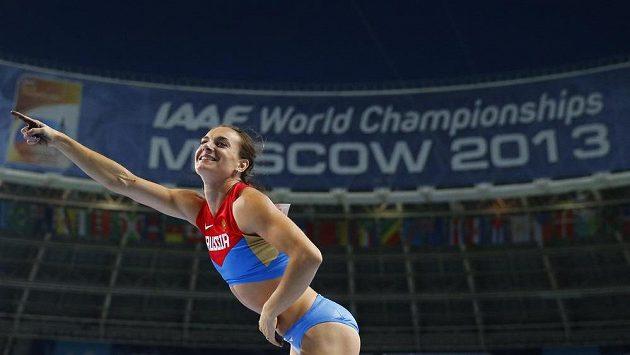 Jelena Isinbajevová slaví po zisku titulu mistryně světa.