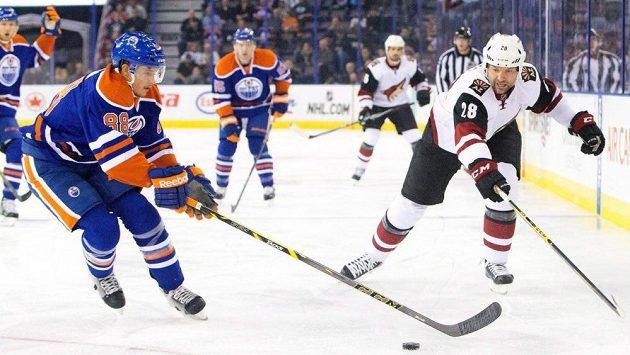 John Scott (vpravo) ještě v dresu Arizony v utkání NHL proti Edmontonu.
