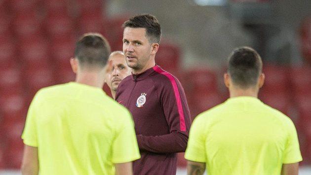 Trenér Sparty Praha David Holoubek během předzápasového tréninku.